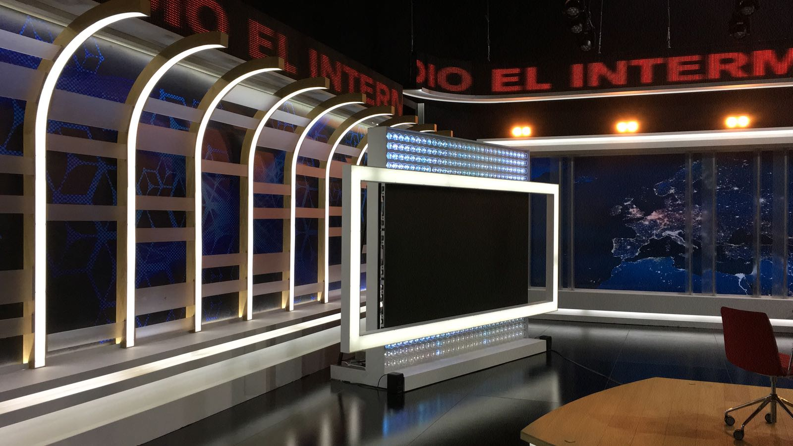 Gran monitor de plasma con un marco de lud led para el nuevo plató del El Intermedio