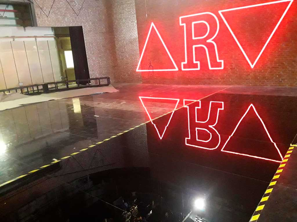 Luminoso led con nuevo logotipo del programa Al Rojo Vivo. Fondo pared de ladrillo ficticio